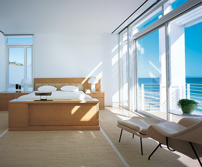 modern beach house with white exterior paint by richard meier karmatrendz - Modern Beach House Interior