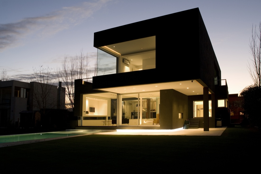 The black house by andres remy arquitectos karmatrendz for Black home design