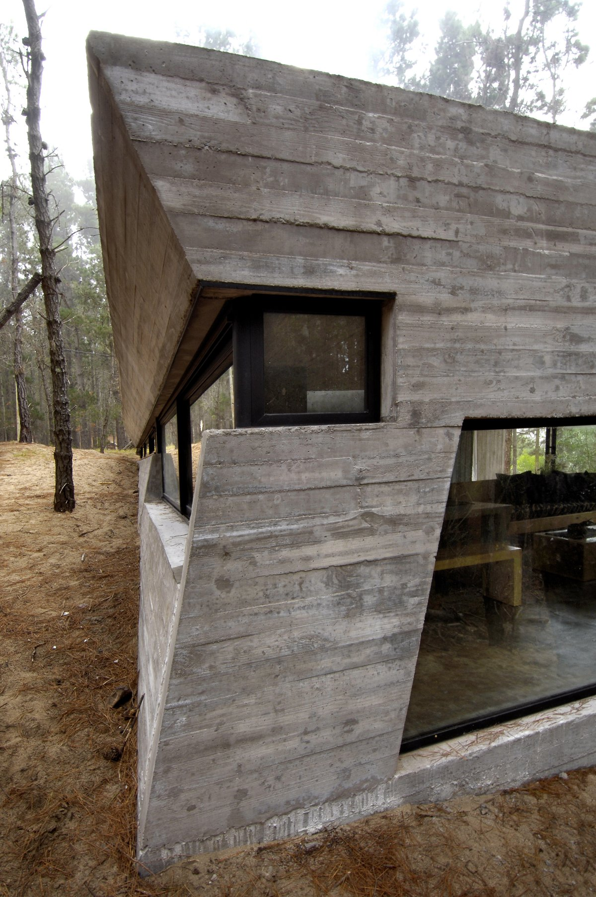 Concrete house in mar azul forest by bak architects for Casas alargadas