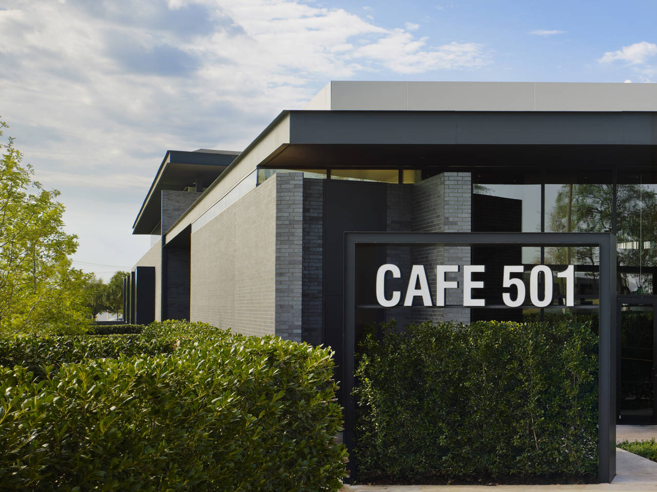 Cafe 501 by elliott associates architects karmatrendz for Cafe design exterior