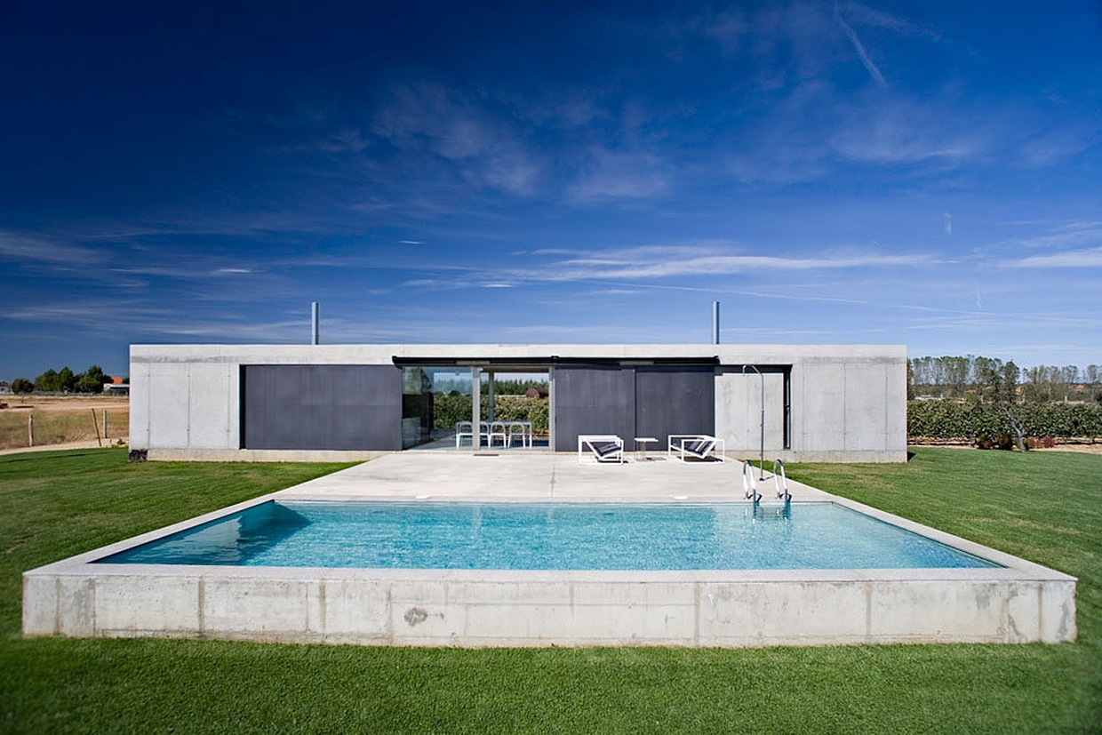 Anton house by javier de ant n freile karmatrendz for Alarme piscine home beach