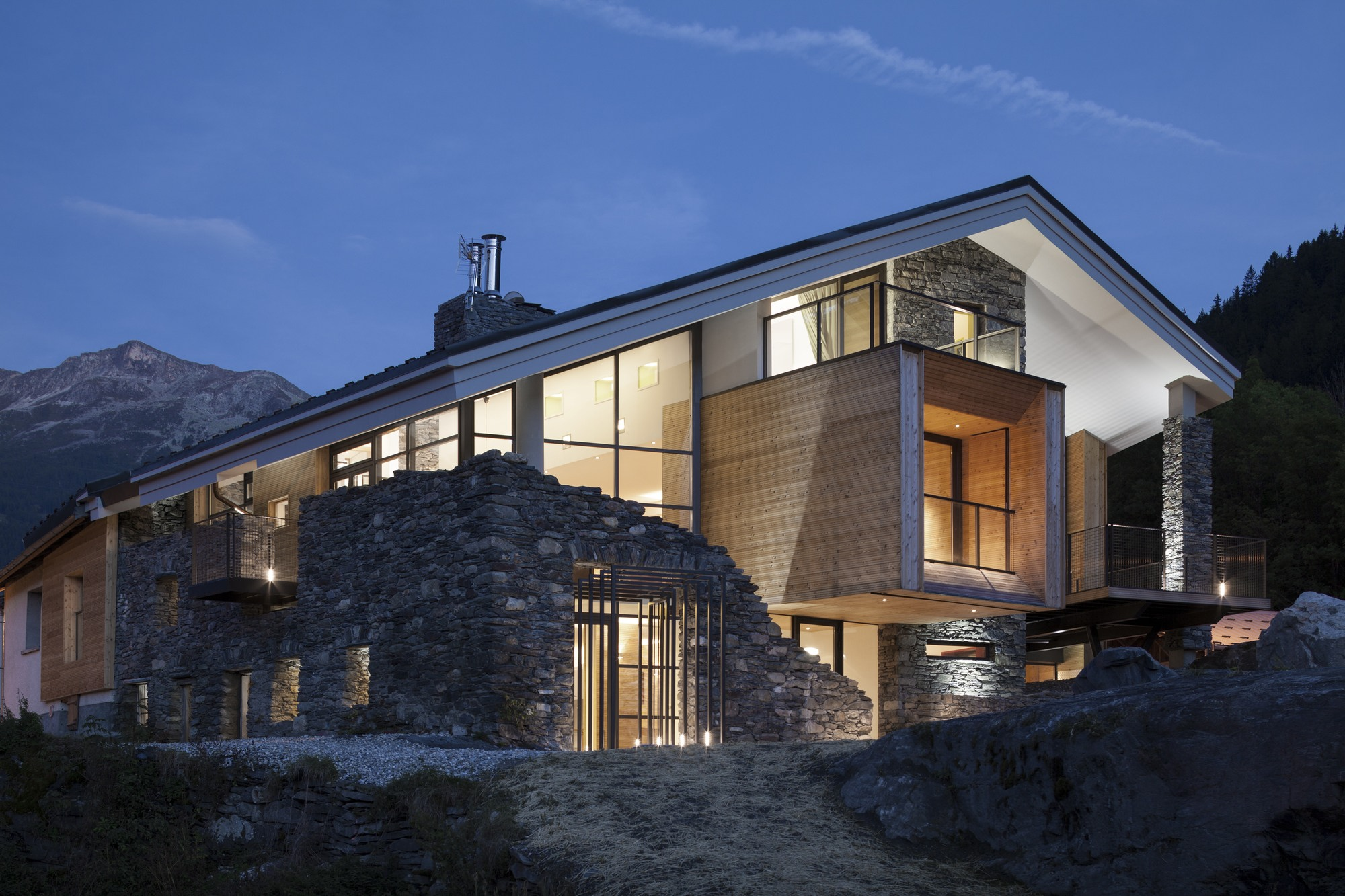 Mineral lodge by atelier d architecture christian girard for Mountain house lodge