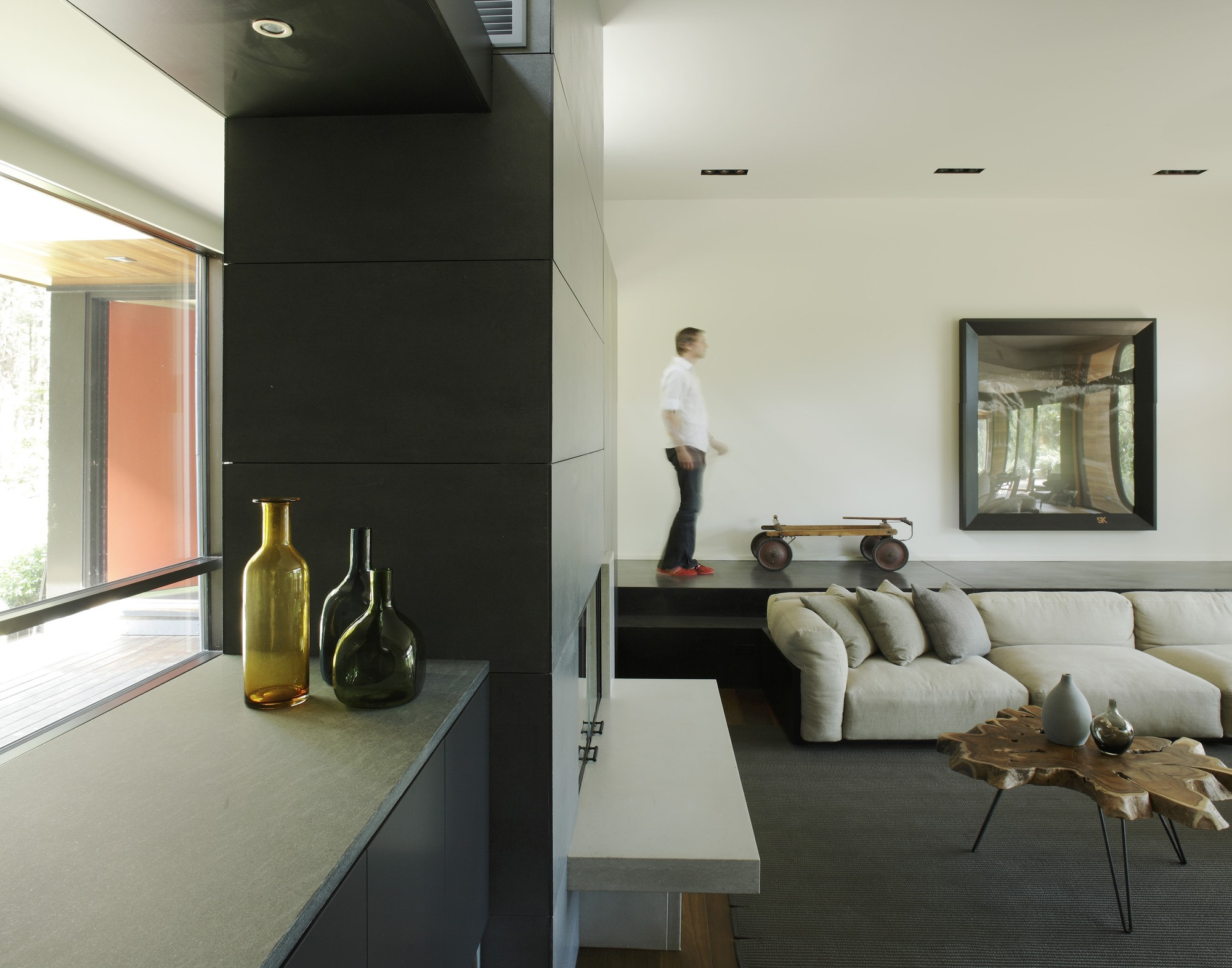 Kettle hole house by robert young karmatrendz for Young modern living room ideas