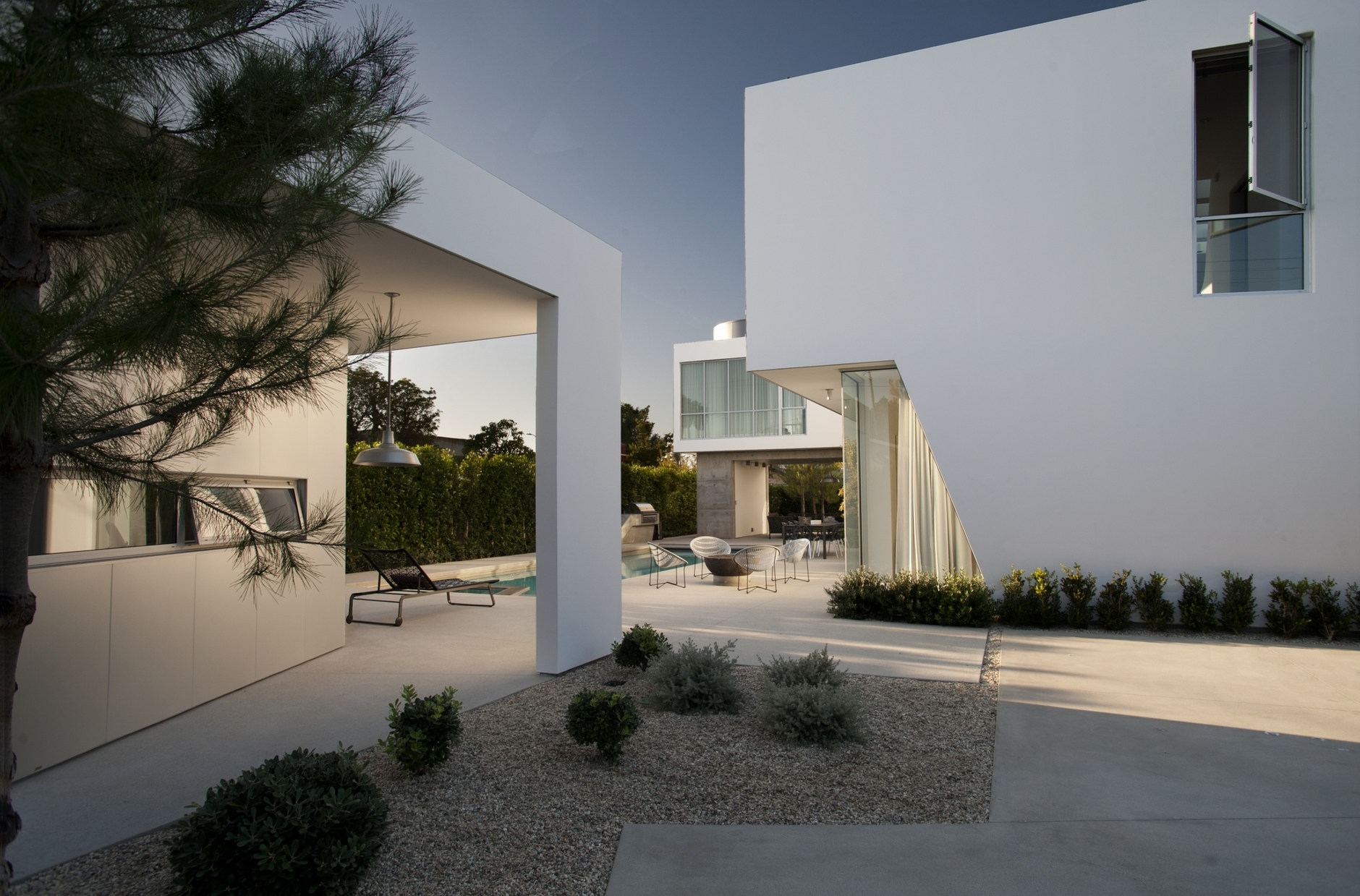 Modern family home by dennis gibbens architects karmatrendz for Modern family house 90210
