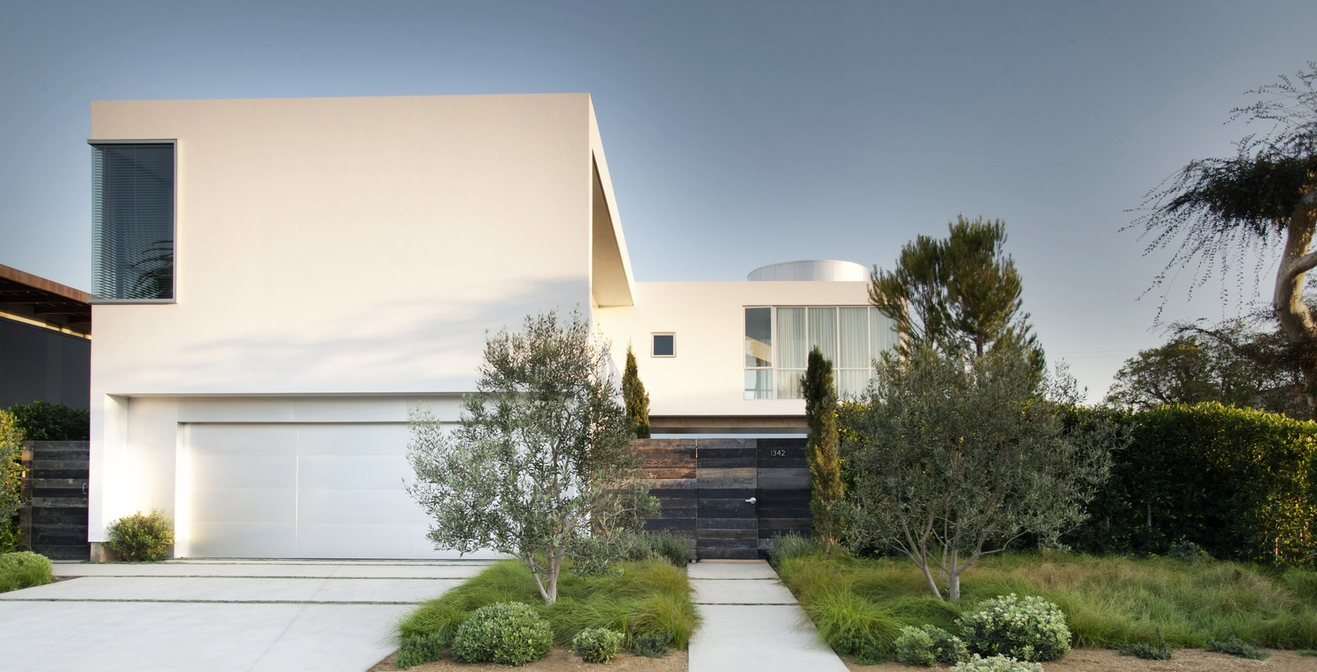 Modern family home by dennis gibbens architects karmatrendz for Modern stucco house