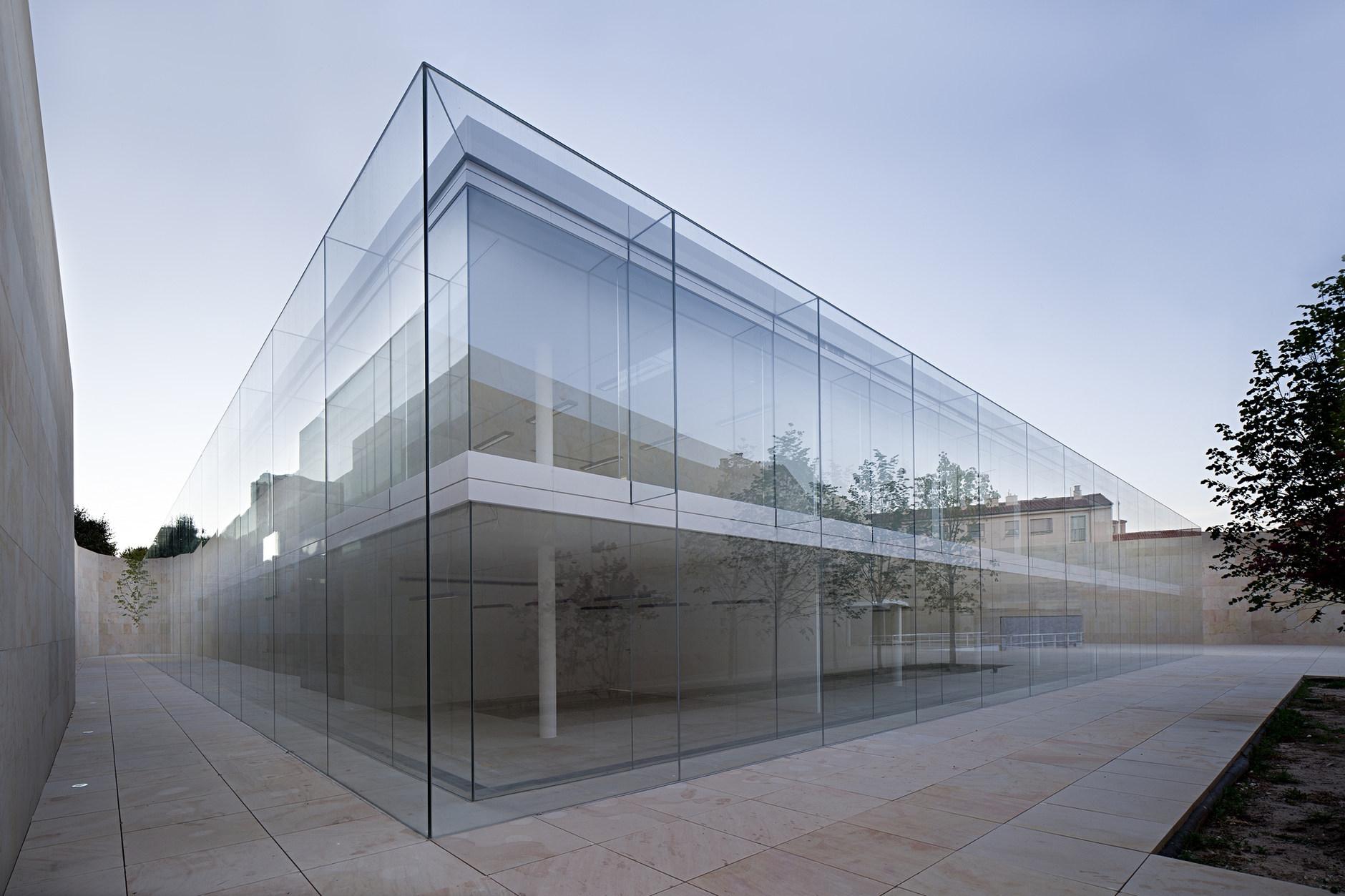Стеклянный офис в каменном мешке the architect.