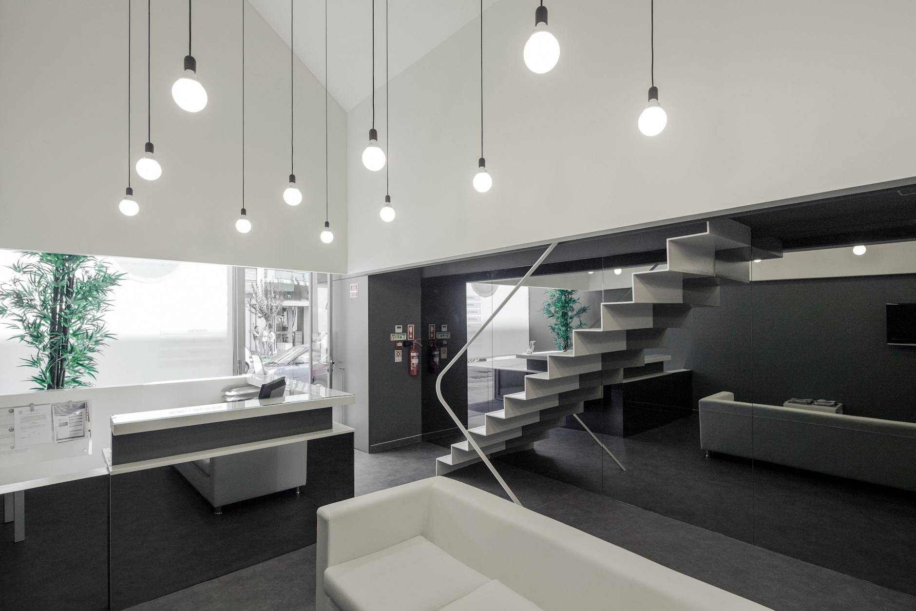 Dental clinic in oporto by paulo merlini karmatrendz for Dental clinic interior designs