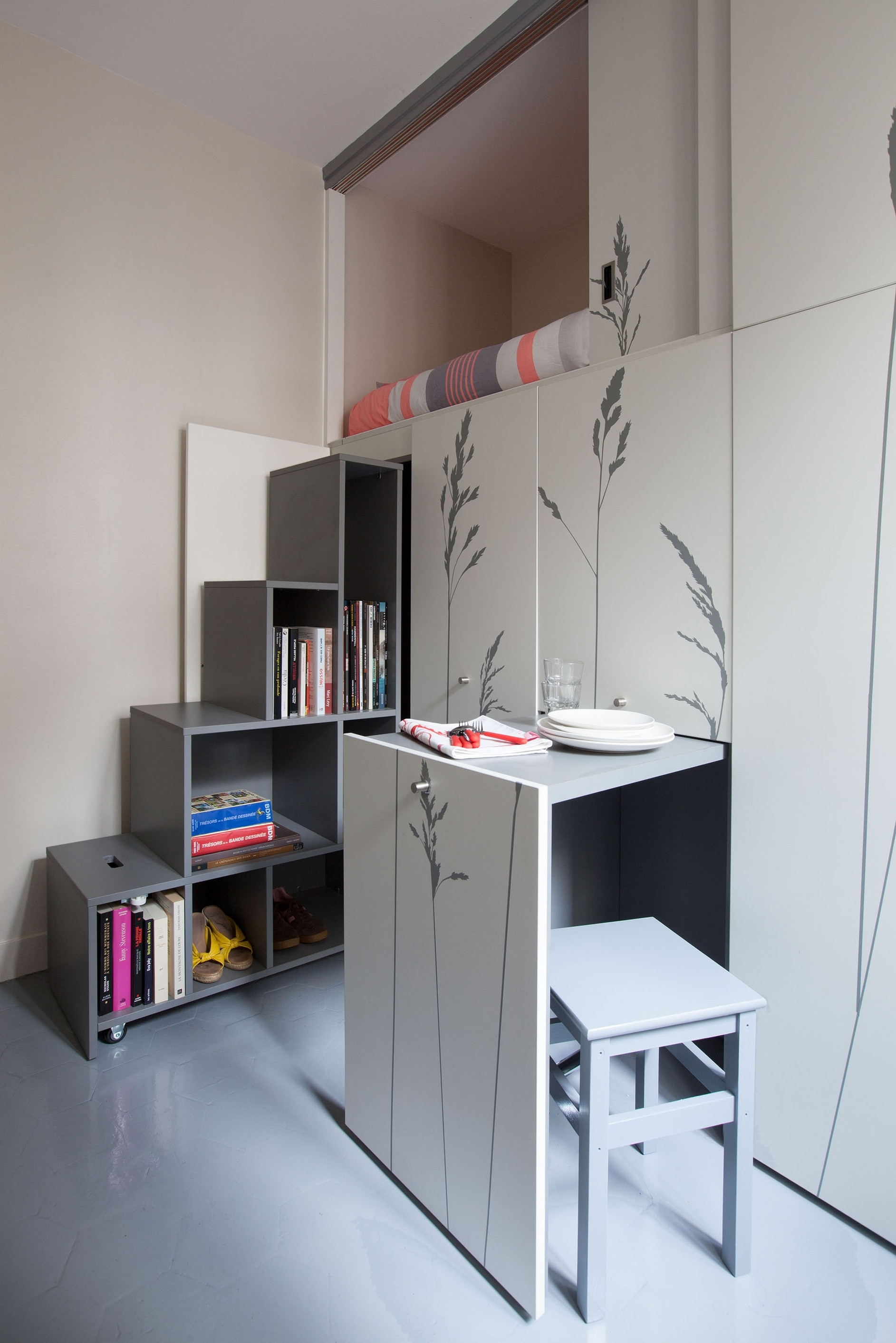 Tiny apartment in paris by kitoko studio karmatrendz for 100 sq ft room ideas