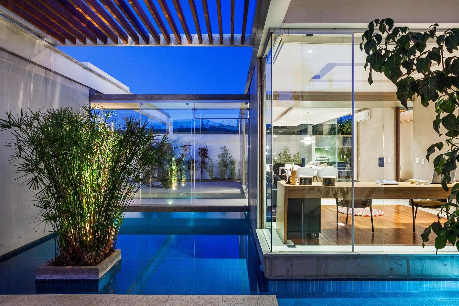 Sliding pergolas house by fgmf arquitetos karmatrendz for Pergolas para piscinas